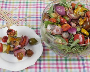שיפודי ירקות קלויים על סלט ירוקים עם טחינה