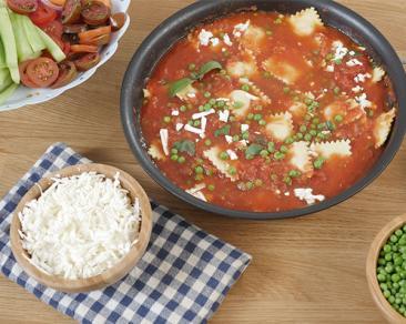 רביולי גבינות ברוטב עגבניות שמש, בזיליקום, אפונת גינה ופטה