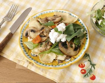 טורטליני פטריות מוקפץ עם בייבי קייל, תרד ופטריות