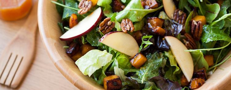 סלט עלים ירוקים עם דלורית, תפוחים ופקאנים ברוטב הדרים