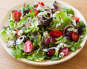 סלט סלנובה עם ענבים, עגבניות שרי, פקאנים וגבינה כחולה