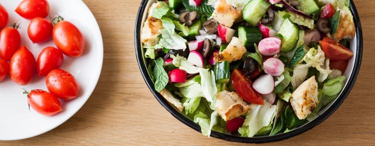 סלט פאטוש עם ירקות, זיתים שחורים וקרעי פיתה