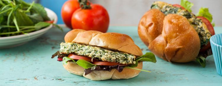 סנדוויץ' עם פריטטה ירוקה, עגבניות, חסה מיונז