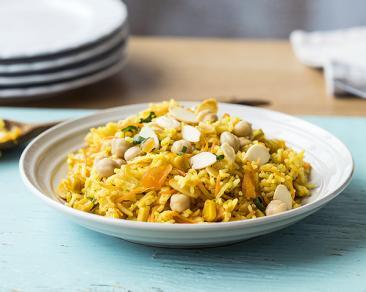 אורז חגיגי עם גרגירי חומוס, שקדים קלויים ומשמשים