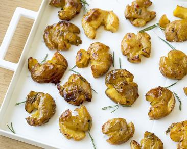 תפוחי אדמה מעוכים בתנור עם רוזמרין, שום וצ'ילי