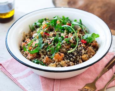 סלט קינואה עם קוביות בטטה, עדשים שחורות, גבינה מלוחה ואגוזים