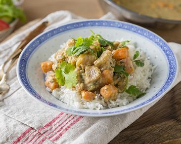 תבשיל קארי וחלב קוקוס עם קוביות פילה דג