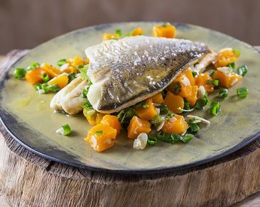 פילה דג עם סלט דלעת ועשבי תיבול